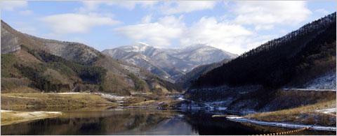 早池峰ダムから早池峰山をのぞむ