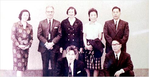 左から福本郁子先生,アンセル・キース先生とマーガレット婦人,木村登先生夫人千賀さん,福本照徳先生,前列中央が森文信先生,右が戸嶋裕徳先生(1966年)