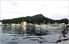 牛深: 漁業が盛んな海沿いの町